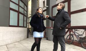 El candidat número 7, Enric Castellet, acompanyat de la número 6, Lorena Jordana, ahir a l'edifici comunal de Fiter i Rossell.