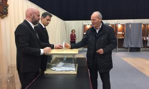 Miquel Aleix, candidat de Demòcrates, en el moment de votar.