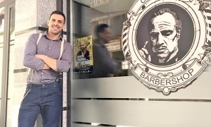 Sergi Fernandes, a la porta de la barberia que regenta a Escaldes.