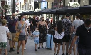 Els turistes han omplert l'eix comercial durant aquests dies d'agost.