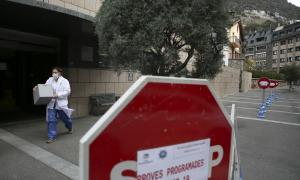 Una treballadora del SAAS a l'exterior de l'hospital.