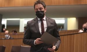El president del grup parlamentari socialdemòcrata preparant-se per defensar l'esmena a la totalitat dels comptes.