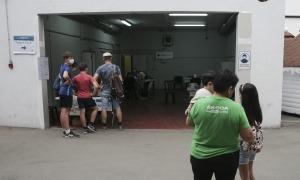 Ciutadans esperant per ser atesos a l''stop lab' de l'antiga plaça de Braus, avui.