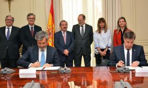 Carlos Lesmes i Enric Casadevall en el moment de signatura de l'acord.