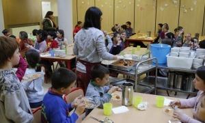 Alumnes a l'hora de dinar en un menjador escolar.