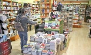 Clients a la llibreria Idees d'Illa Carlemany, fullejant títols ahir a la tarda.