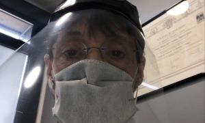 La doctora Carmen Doncel, amb la mascareta reglamentària, a la consulta.