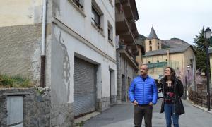 Ester Molné i David Montané ahir davant de casa Parramon a la Massana.