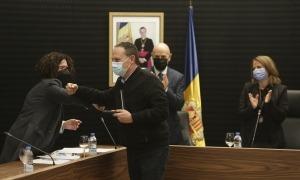 Moment del lliurament de la medalla classe 3 parroquial a Carles Bozzo Prat.