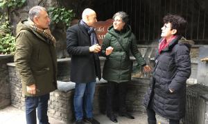 Membres de la candidatura del PS, ahir, a la font del Roc del Metge.