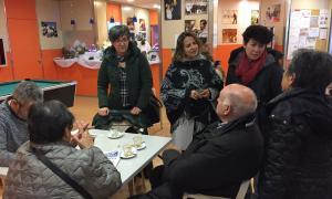 Les integrants de la llista del PS conversant amb padrins a la llar de jubilats, ahir.