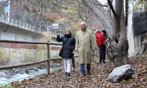 Maria Carme Sánchez i Joan Travesset van inspeccionar ahir el passeig del riu.