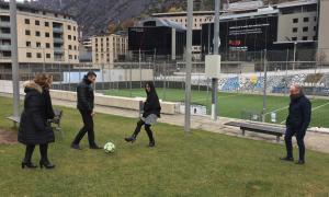 Els candidats d'UXEE jugant a futbol.