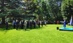 Un moment de la celebració al jardí de l'Ambaixada de França.