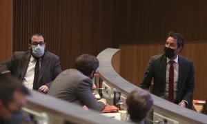 El president del grup socialdemòcrata, Pere López, parla amb els companys de grup en un moment de la sessió de control d'ahir.