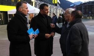 Jordi Gallardo i Ferran Costa repartint díptics ahir a la plaça de la Rotonda de la capital.