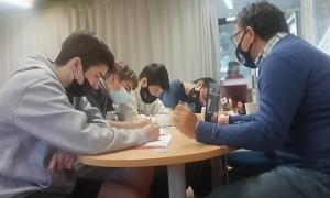 El periodista Bru Noya atén els alumnes de troisième que es van interessar ahir per la professió periodística.