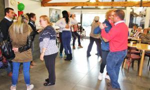 Terceravia aposta per impulsar pisos tutelats per a la gent granMajoral i Montaner van compartir una estona amb els usuaris de la Llar de Lòria.