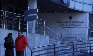 França Riberaygua i Lluís Ferreira van parlar sobre Justícia a l'entrada de l'edifici de l'Obac, ahir.