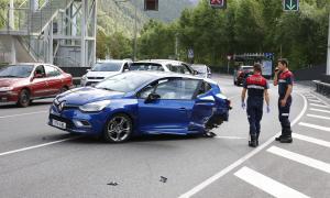 Un dels turismes accidentats ahir a l'avinguda Salou.