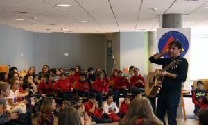 ANA/ El músic Patxi Leiva actua davant dels alumnes de primària del col·legi Maria Moliner.