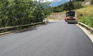 La pavimentació d'una carretera.