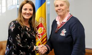 SFG/ La ministra de Cultura, Joventut i Esports, Olga Gelabert, amb la directora artística del Cor dels Petits Cantors, Catherine Metayer.
