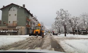 Una màquina treient la neu als carrers de la Seu d'Urgell.