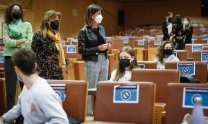 La ministra d'Educació i Ensenyament Superior, Ester Vilarrubla, i la cònsol major d'Andorra la Vella, Conxita Marsol, amb els estudiants.
