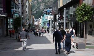 Gent passejant a l'avinguda Meritxell.