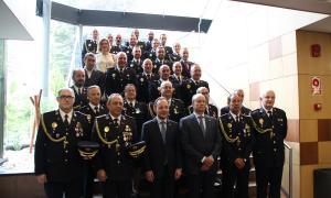 Foto de grup d'autoritats policials i de l'executiu, amb el cap de Govern, Xavier Espot al centre, amb els homenatjats durant la festivitat de la patrona del Cos de Policia.