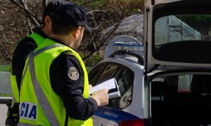 ANA/ Agents policials efectuen un control.