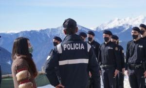 La cònsol major d'Encamp, Laura Mas, i el director adjunt i coordinador de la policia, Bruno Lasne, durant la visita als agents en formació.