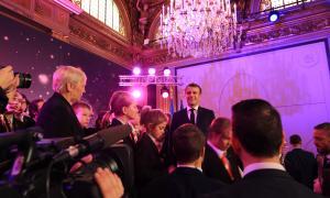 El Copríncep Macron, amb els canors després de l'actuació.
