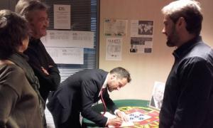 Representants del PS signen el llibre de condol per Mário Soares
