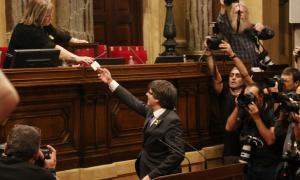 El Parlament de Catalunya declara la República catalana independent i el Senat espanyol debat l'aplicació del 155 El Parlament ha declarat la República catalana independent i ha instat el Govern català a aplicar-ne els seus efectes desenvolupant la llei de transitorietat jurídica i obrint el procés constituent. La proposta presentada per JxSí i la CUP ha obtingut el vot afirmatiu de 70 diputats en una votació secreta que s'ha fet en una urna. 10 diputats han votat en contra i 2 més en blanc. Cs, PPC...