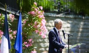 La recepció del 14 de juliol als jardins de l'ambaixada de França, novament atípica i poc nombrosa.