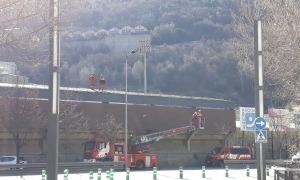 Bombers a la coberta de la graderia de l'estadi.