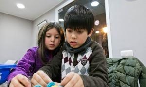 Dos infants participants del taller de robòtica de la passada edició.