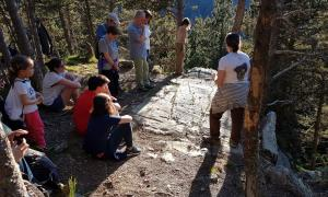 El jaciment de Prats, en la visita guiada que Regirarocs ofereix cada solstici d'estiu; la pròxima està programada per al 21 de juny.