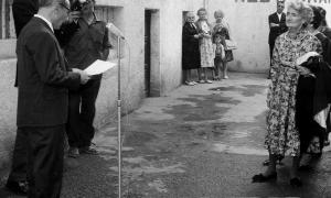 L'autora de 'Els homes d'aram', en la inauguració del passatge que du el seu nom a la capital, entre el Cap del Carrer i les Arcades. Al micròfon, Bartomeu Rebés.