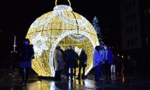 Les autoritats de Sant Julià de Lòria amb la gran bola de llum.