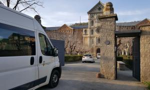 Vehicles adaptats transporten els avis de la residència al seminari conciliar per minimitzar el risc de contagi.