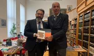 L'ambaixador d'Andorra a Àustria, Jaume Serra, dona llibres a la biblioteca Juan Gelmán de l'Instituto Cervantes de Viena.