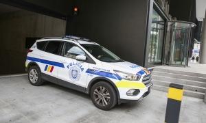 El vehicle policial sortint de la batllia a quarts de tres d'aquesta tarda.