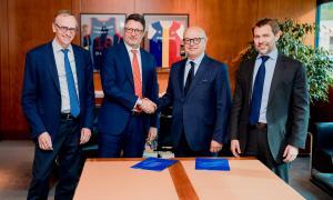 Els directius de les dues empreses durant la firma de l'acord.