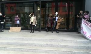 La presidenta d'Stop Violències a la sortida de la Seu de la Justícia.