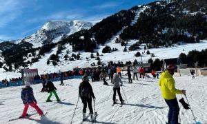 Una munió d'esquiadors fent cua aquest cap de setmana al Tarter.