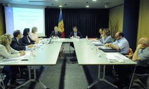 Un moment de la taula amb els representants dels sindicats en primer terme