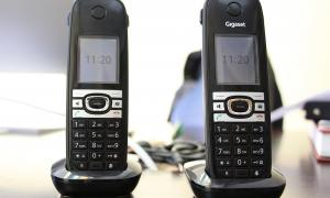 ANA/ Dos telèfons fixes.